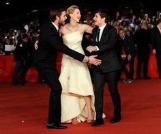 Liam Hemsworth, Jennifer Lawrence y Josh Hutcherson - Estrellas que se divierten en la alfombra roja -