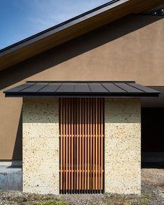自然の恵みを感じる家の部屋 目隠し・格子 Japanese Screen, Rammed Earth, Tiny House, Garage Doors, New Homes, Indoor, Exterior, House Design, Outdoor Decor