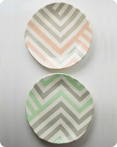 Grey & Peach + Grey & Mint Zag Dish would be really cute to make chevron plates! Pottery Painting, Ceramic Painting, Ceramic Art, Painted Plates, Hand Painted Ceramics, Keramik Design, Color Me Mine, Paint Your Own Pottery, Pottery Designs