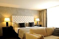 Hotel 's-Hertogenbosch-Vught. De vernieuwde, rijk ingerichte oriental suite is voorzien van de meest comfortabele faciliteiten, in een luxe verfrissende hedendaagse styling. U slaapt op een comfortabele kingsize boxspring. De 54 m2 grootte suite is uitgerust met balkon met zitje, airconditioning,zitje met een flatscreen tv en sfeerhaard, safe, minibar en koffie & thee faciliteiten. De luxe open badkamer is ingericht met een royaal 2-persoons jacuzzi ligbad en separate inloop regendouche.
