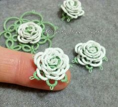 I fell in love with this little roses!    On the third attempt, I started again from the original pattern.The white thread was hidden using...