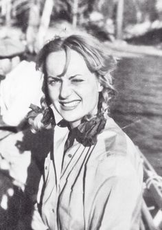 Carole Lombard out hunting. (From here.)