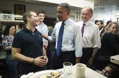 Bueno... esta es una foto perfectamente normal del presidente de los Estados Unidos, Barack Obama, vemos como él pone las manos de forma alegre y a su manera durante una cena en Boston. Pero hay un pequeño detalle abajo, en la esquina derecha de la imagen que está inquietando muchísimo a la red.