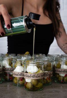 Was verschenkst du dieses Jahr zu Weihnachten? Hol' dir auf dem NOAN Blog die Inspiration für 2 köstliche DIYs mit Olivenöl, wenn es nicht wieder das olle Paar Socken sein soll! Kraut, Blog, Inspiration, Goat, Couple, Christmas, Biblical Inspiration, Blogging