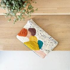Pochette Punch Needle by Julie Robert Julie Robert, Craft Punches, Art Textile, Coton Bio, Punch Art, Punch Needle, Rug Hooking, Needle And Thread, Handmade Bags