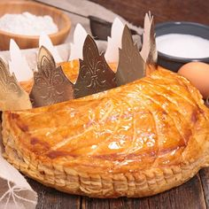Galette des rois aux pommes et caramel au beurre salé Creme Frangipane, Biscuit Cake, New Years Eve Party, Camembert Cheese, Biscuits, Dairy, Turkey, Bread, Ethnic Recipes