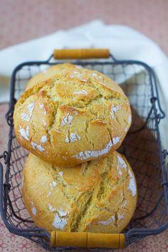 Tenter des pains d'autres pays pour changer de sa fournée habituelle ! Mes dernières vacances au Portugal datent d'il y a bien trop longtemps ... alors le temps d'une fournée je me remémore les bons plats et spécialités dégustées là-bas :) Vous obtiendrez un pain très trèèès croustillant, une mie douce et aérée, et ce bon goût de maïs ... j'ai adoré :D Cette recette nécessite du levain, mais si vous n'en avez pas achetez du levain déshydraté! Broa de milho Source modifiée : Larousse du Pain…