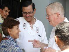 La alegría de las personas luego de ver al primer párroco de nuestra parroquia.