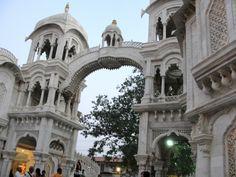 #magiaswiat #podróż #zwiedzanie #vrindavan #blog #azja #zabytki #swiatynia #indie #miasto #aszram #ganges #iscon #krishna Mandir, Amalfi, Krishna, Notre Dame, Mansions, House Styles, Building, Blog, Travel