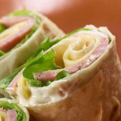 Wrap express façon croque-monsieur – Ingrédients :4 tortillas de maïs,4 tranches de jambon,8 tranchettes de fromage pour croquemonsieur,4 feuilles de laitue,...