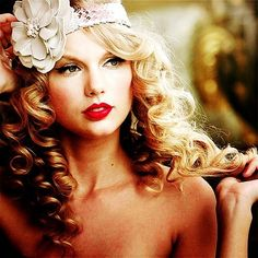 I love her hair and makeup in this photo!