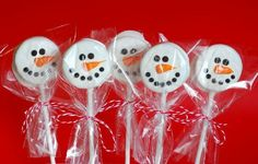 These Snowman Oreo pops are super easy to make. all you really need are Oreo cookies, melted chocolate, and accessorizing materials. Christmas Goodies, Christmas Desserts, Christmas Treats, Holiday Treats, Holiday Fun, Christmas Cakes, Oreo Pops, Frozen Birthday Party, Frozen Party