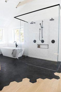 salle de bain avec douche italienne verre version contemporaine revêtement sol carrelage parquet