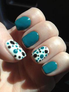 Uñas azules con puntos