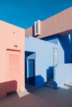 andrés gallardo captures the bold hues of ricardo bofill's 'la muralla roja' in spain