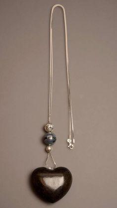 Collana in argento con ciondolo a forma di cuore in legno.