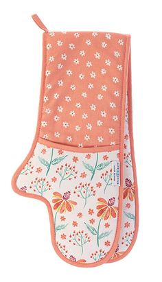 Stay protected while checking on your Sunday roast or favorite casserole wearing the bright floral style of this double-glove oven mitt. Beginner Sewing Patterns, Sewing Basics, Sewing For Beginners, Sewing Hacks, Sewing Crafts, Cotton Gloves, Towel Crafts, Small Sewing Projects, Oven Glove