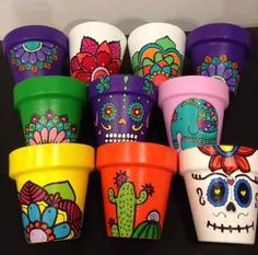 Painted Plant Pots, Painted Flower Pots, Pots D'argile, Clay Pots, Clay Pot Crafts, Diy And Crafts, Market Day Ideas, Plants In Bottles, Mexican Crafts