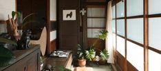 明治12年に建てられた古民家。暮らすのは庭師であり木工作家の白倉祥充さん、陶芸家のえみさん夫妻。ここは生活の場であり、ギャラリーでもある。