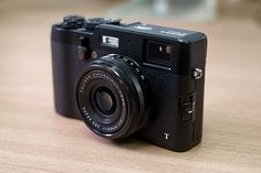 Top 10 Compact Cameras for Travelers -- National Geographic. Fuji x100t If you aren't interested in carrying a full camera kit when you travel but still want to exercise your artistic side, go simple. Try this non-interchangeable-lens camera that boasts a 35mm-equivalent field of view and a hybrid optical/electronic viewfinder. This retro-looking camera boasts Fujifilm's X-Trans CMOS sensor array. It's a radically different way of separating colors, leading to small-sensor im