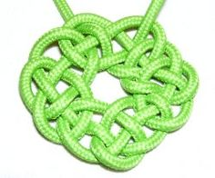 Macrame celtic knot Ring of Coins. This site has lots of patterns and instructions!