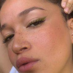 ILIKEITTHATWAY glam make up look eye liner mac kylie cosmetics kkw fenty boybrow in 'brown', lashslick, cloudpaint in 'dusk' - - Glam Makeup, Fire Makeup, Red Lip Makeup, Glossy Makeup, Scary Makeup, Makeup Set, Blush Makeup, Makeup Inspo, Makeup Inspiration