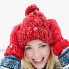 Femme avec un bonnet de ski rouge