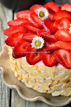 Cucina Scacciapensieri: Torta mousse alle fragole con biscuit alle mandorle gluten free