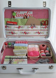 mamas kram: Ferien-Werkelkoffer - great for carft supplies - thinking of daughter at universitySewing Suitcase --- what about something like this for a big current project or a specific type of work?Sewing Suitcase / Mamas Kram It is only pictures bu Sewing Hacks, Sewing Crafts, Sewing Projects, Sewing Kits, Craft Organization, Craft Storage, Creative Storage, Creative Design, Vintage Train Case
