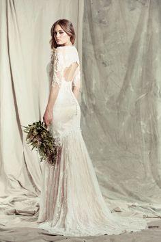 O Mallerie, da Pallas Couture, é um vestido em formato de sereia, mas com caimento fluido. A renda e o decote nas costas valorizam sua silhueta. Ideal para noivas que querem sensualizar sem decotes gritantes.