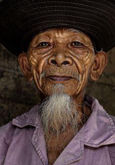 Vietnam'da Hre etnik halkından yaşlı bir adam
