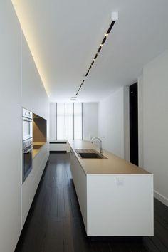 wit spanplafond in moderne keuken