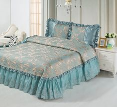 Стеганое покрывало на кровать, жаккардовое, шелковое, с кружевом, с рюшами, с оборками, с воланами, серо-голубое, золотое, Kingsilk (Кингсилк), арт. th-1 Красивое стеганое, жаккардовое покрывало, с декоративными наволочками, на двуспальную кровать. Отделка: кружево, гипюр, рюши, оборки, пайетки. Цвет: серо-голубое и золотая вышивка. Три размера: 220 * 240 см., 240 * 260 см. и 260 * 260 см. Выберите нужный Вам размер и положите его в Вашу корзину!