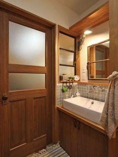 I like that door, it allows light and privacy. Bathroom Interior, Kitchen Interior, Interior Design Living Room, Toilet Design, Door Design, House Design, Laundry In Bathroom, Small Bathroom, Japanese Interior