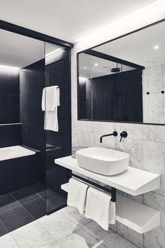 Vienna House Mokotow Warsaw to industrialny wystrój w biznesowym centrum warszawskiego Mokotowa. Połączenie gościnności i ekologii wyróżniają ten nowoczesny hotel. Lobby hotelowe nawiązuje do śródziemnomorskiego stylu życia, a w hotelowym barze goście czują się swobodnie, a biznes traci swoj formalny charakter. Vienna House, Warsaw, Bathroom Lighting, Bar, Furniture, Home Decor, Bathroom Light Fittings, Bathroom Vanity Lighting, Decoration Home