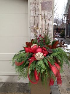 French Country Christmas planter found on PLANTpipe Facebook page Outdoor Christmas Planters, Christmas Urns, Front Door Christmas Decorations, Christmas Greenery, Christmas Flowers, Christmas Centerpieces, Christmas Holidays, Christmas Crafts, Country Christmas
