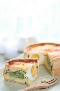 Hard boiled egg, broccoli and cheese stuffed quiche (pate brisee crust). Just a wonderful idea for a surprise brunch dish. I Love Food, Good Food, Yummy Food, Quiches, Breakfast Lunch Dinner, Breakfast Recipes, Quiche Au Brocoli, Fried Chicken Recipes, Quiche Recipes