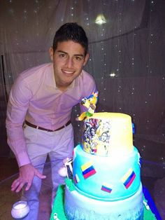 James with a big cake World Football, Football Players, James Rodriguez Colombia, James Rodrigues, Big Cakes, Sports Stars, Good Looking Men, Celebrity Crush, Eye Candy