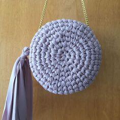 Clutch redonda pra pronta entrega #partiucasamentoreal 😆 #crochet #crochetlove #casamento #necessairecroche #necessaire #bolsa #bolsacroche #clutch #clutchcroche #clutchcrochet #necessairecrochet #bolsacrochet #musthave #modacroche #modacrochet #croche #feitoamão #feitoamaocomamor #handmadewithlove #madewithlove