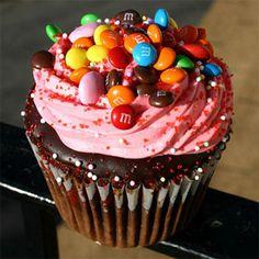 Esta receita é de um cupcake de brigadeiro com M&M's. Alguém aí duvida do potencial dessa combinação?