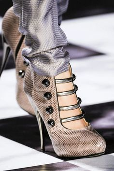 See every last detail from shoes and jewels, to bags and belts, from the Viktor & Rolf Spring 2013 Ready-to-Wear show.
