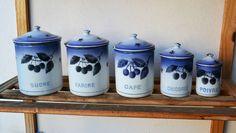 Série ensemble de 5 pots à épices anciens en tôle émaillée décor cerises cuisine