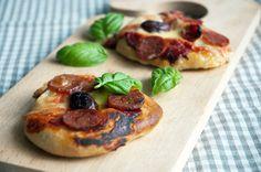 Små lækre pizzaer som hele familien elsker - her er de toppet med en krydret chorizo og mild frisk mozzarella, basilikum og tomater.