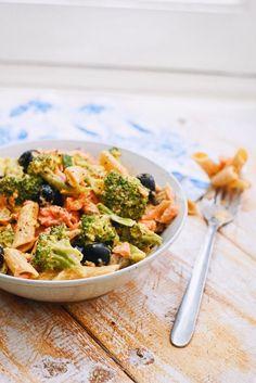 Pasta Met Broccoli, Raw Broccoli Salad, Great Recipes, Healthy Recipes, Good Food, Yummy Food, Evening Meals, Pasta Salad, Chicken Salad