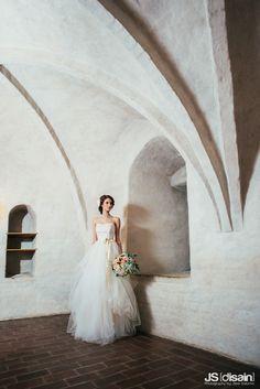 Tulle wedding dress made by Pukuni (www.pukuni.fi). Tulle layers, light beige, bow, bride, castle, Turku, Finland.