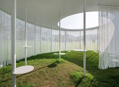 The circular wall of the Oasis temporary pavilion is made of white threads inspired by willow leaves.