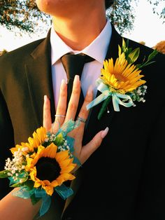 prom boutonniere homecoming corsage and boutonnire - prom Wrist Flowers, Prom Flowers, Wedding Flowers, Sunflower Corsage, Sunflower Boutonniere, Homecoming Corsage, Crosage Prom, Homecoming Pictures, Prom Couples