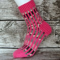 Rikkaruohoelämää: Jokunen villasukka jälleen Knitting Socks, Hand Knitting, Knitting Patterns, Knitting Ideas, Knit Or Crochet, Kissa, Sun, Crafts, Fashion