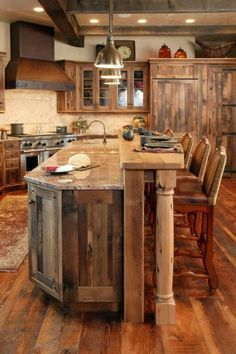 Landhausstil: 13 rustikale Küchen Design Ideen A rustic kitchen has a certain warmth and charm. And when it comes to creating this cozy look in the heart of the home . Rustic Kitchen Design, Farmhouse Kitchen Cabinets, Rustic Cabinets, Wooden Kitchen, Kitchen Country, Big Country, Rustic Kitchen Island, Kitchen Designs, Western Kitchen