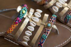 Dare to DIY: DIY Sandalias boho + mi maleta para Ibiza Ibiza, Pom Pom Sandals, Bare Foot Sandals, Beach Babe, Huaraches, Boho Outfits, Shoe Boots, Shoes, Stylists